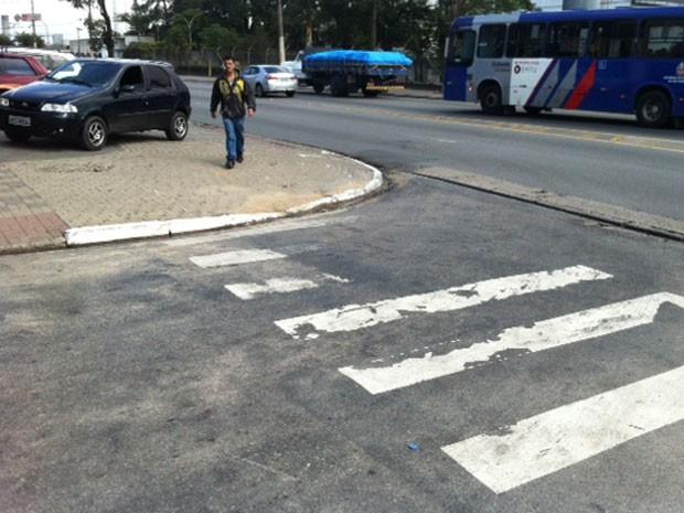 Faixa apagada na esquina da Marechal Tito com a Monsenhor Salim (Foto: Márcio Pinho/G1)