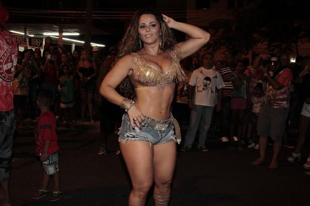 Viviane Araújo em ensaio de rua do Salgueiro na Zona Norte do Rio (Foto: Isac Luz/ EGO)