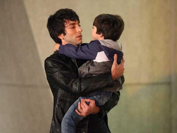 Tomás finalmente conhece seu pai biológico (Foto: Carol Caminha/TV Globo)