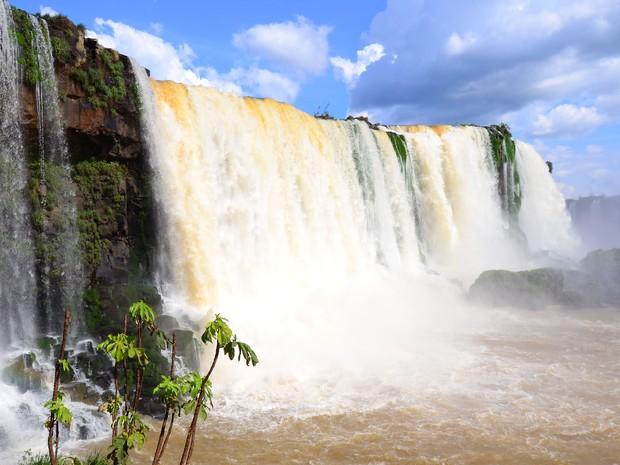 Na segunda-feira (20), vazão oscilou entre 774 mil e 274 mil litros de água por segundo, menos de um quinto do normal (Foto: Cataratas do Iguaçu S.A. / Divulgação)