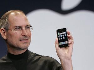 Steve Jobs na apresentação no primeiro iPhone (Foto: Paul Sakuma, File/AP)