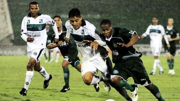 Atacante do Guarani, Thiaguinho disputa bola com zagueiro do Goiás em partida desta terça-feira (Foto: Rodrigo Villalba / Memory Press)