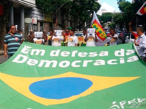 Trabalhadores protestam em defesa da democracia (Foto: Jeferson Janer/TV Bahia)