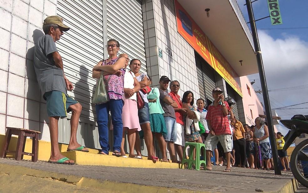 Filas também começam de madrugada em correspondente  (Foto: Damião Tomé / TV Paraíba)