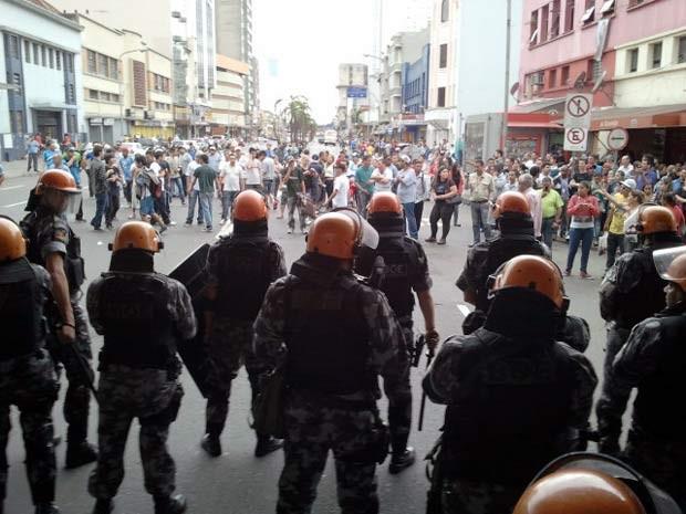 Polícia observa a manifestação dos comerciantes (Foto: Halex Vieira/RBS TV)