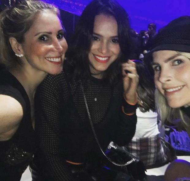 Bruna Marquezine e Júlia Faria com a dermatologista Juliana Neiva (Foto: Reprodução/Instagram)