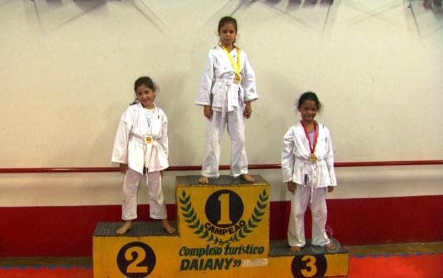 Crianças de todas as idades praticam karatê na Associação (Foto: Globo Esporte)