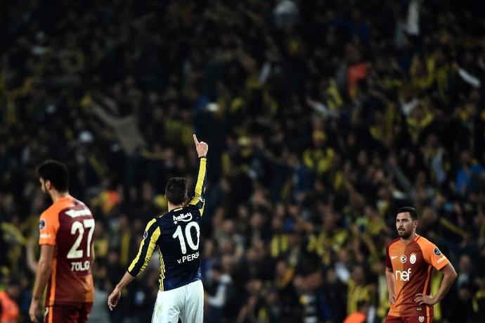 gol de van persie, fenerbahçe x galatasaray (Foto: OZAN KOSE / AFP )