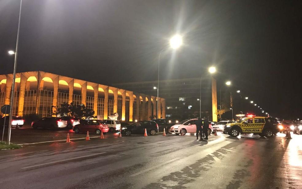Trânsito bloqueado em frente ao Palácio do Itamaraty, em Brasília, em meio a protestos contra Michel Temer (Foto: Letícia Carvalho/G1)