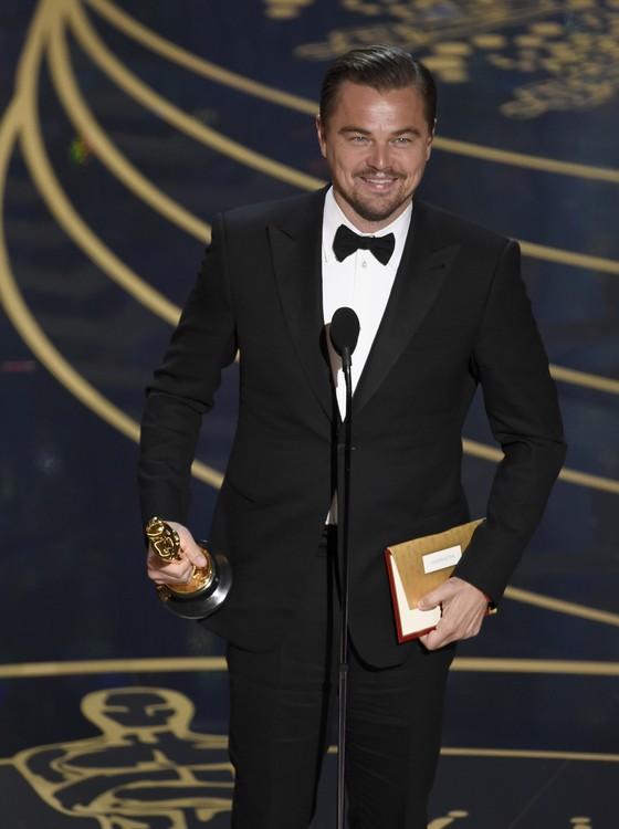 Leonardo DiCaprio finalmente leva o Oscar de melhor ator, após cinco indicações na categoria! (Foto: Chris Pizzello/Invision/AP)
