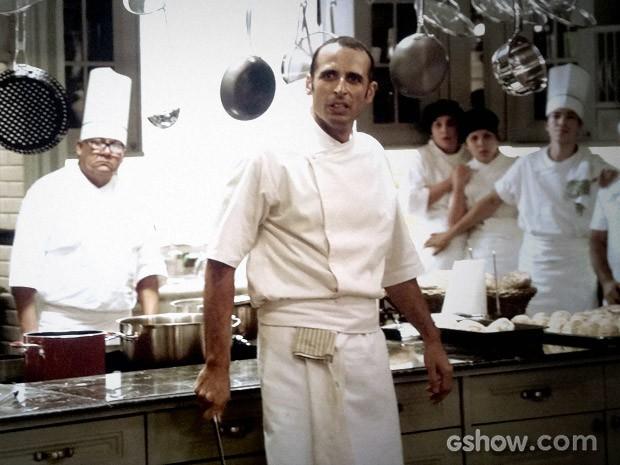 Adão ameaça a todos com uma faca (Foto: O Rebu / TV Globo)