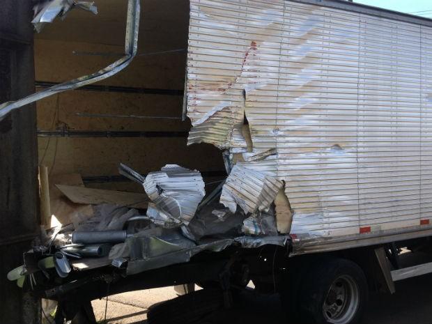 Caminhão foi atingido na traseira pelo trem (Foto: Gilberto Sta)