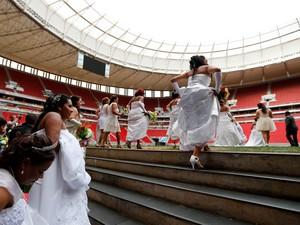 Após receber 7 jogos pela Copa do Mundo FIFA, o estádio Mané Garrincha, em Brasília,  recebe 100 casais que participam de um casamento coletivo, no sábado (26). O evento é parte do programa Alma Gêmea, da Secretaria de Justiça do DF, e está na 10ª edição (Foto: Pedro Ladeira/Folhapress)
