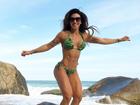 Jaque Khury posa de biquíni e exibe corpo sarado em praia: 'Feliz'