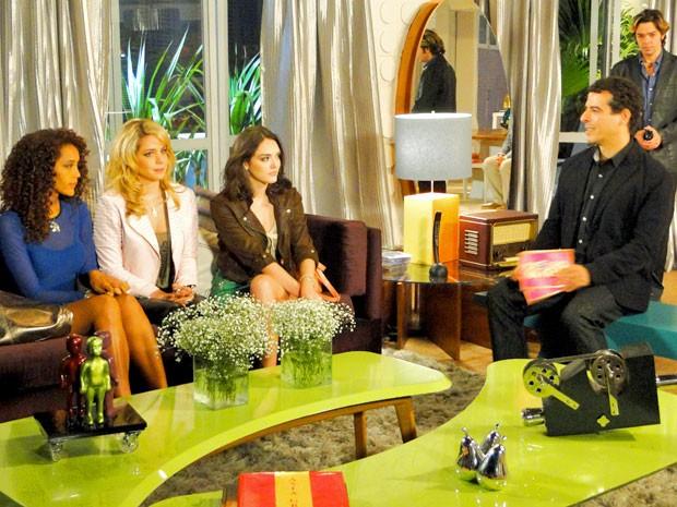 Penha, Rosário e Cida se preparam para anunciar o fim das Empreguetes (Foto: Cheias de Charme / TV Globo)