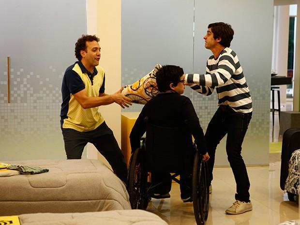 Bóris Roma e Ernesto Avelar disputam um travesseiro no reality show (Foto: Parker TV)