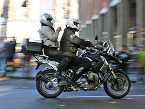 Motociclistas passeiam por Colônia, na Alemanha. Tirar habilitação para motos no país custa, em média, 1.800 euros (Foto: Rafael Miotto/G1)