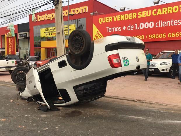 Motorista estava vindo do sentido do bairro Calhau para o bairro Ponta d'Areia quando capotou em São Luís (MA) (Foto: Zeca Soares/G1)