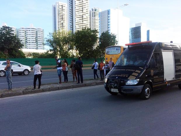 Grupo antibomba da PF chegou ao local por volta das 15h50 (Foto: Maiana Belo/G1)