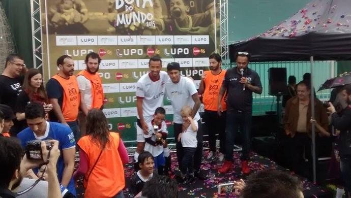 Com o filho, Neymar posa para foto com dupla vencedora (Foto: Cassio Lyra/ GE)