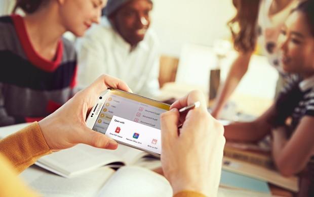Note 5 vem acompanhado de caneta para mais funções (Foto: Divulgação/Samsung)