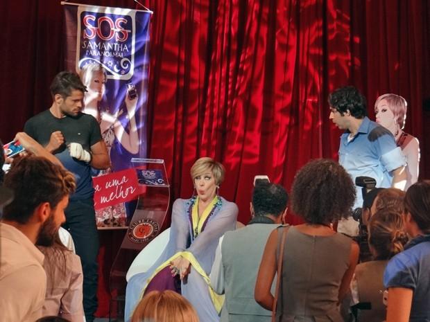 Todos ficam perplexos quando Samantha incorpora espírito durante coletiva (Foto: Gabriela Duarte / Gshow)
