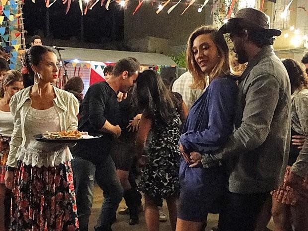 Valéria enfurecida ao ver Josué dançando com Danusa (Foto: Amor Eterno Amor / TV Globo)