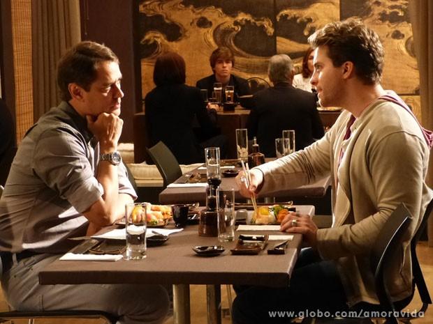 Niko manda a real para Eron durante jantar: não aguenta mais a loira (Foto: Amor à Vida/TV Globo)