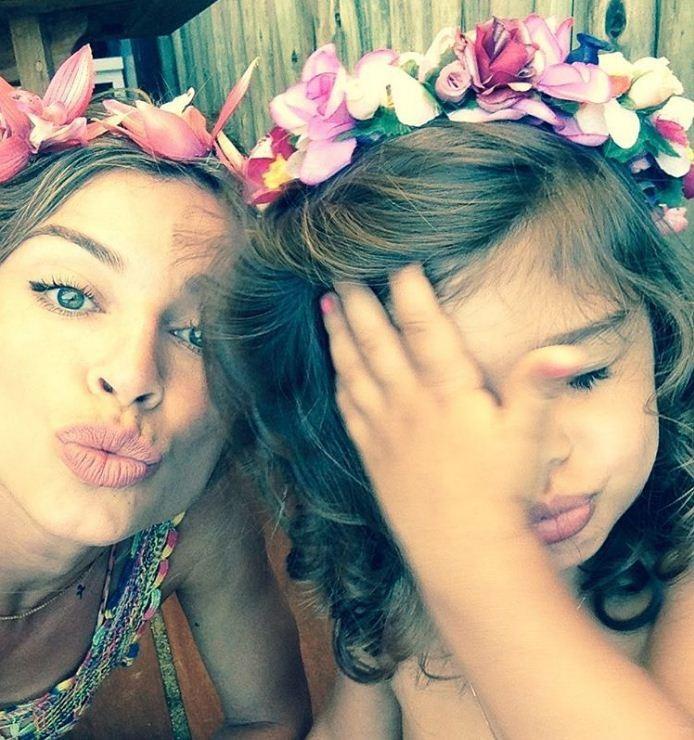 Grazi Massafera coordena coroa de flores com a pequena Sophia  (Foto: Reprodução/Instagram)