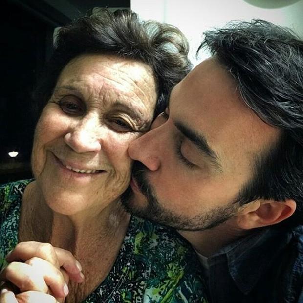 Padre Fabio de Melo beija a mãe Dona Ana (Foto: Instagram / Reprodução)