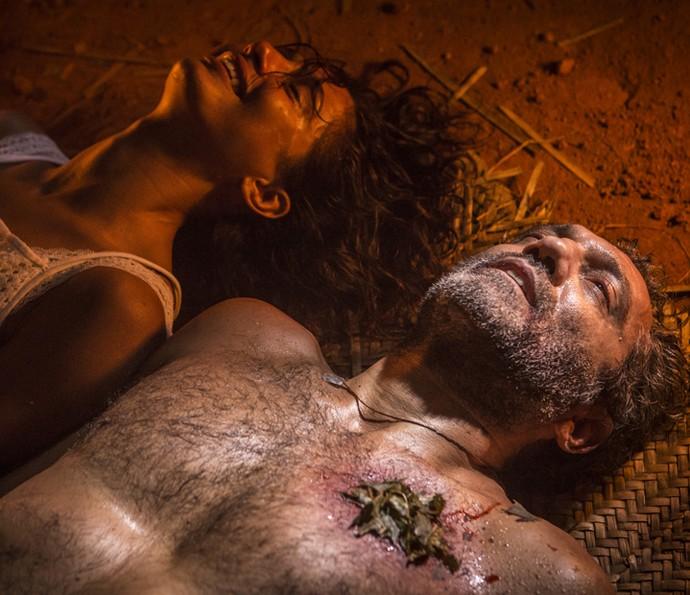 Tereza fica aliviada quando Santo acorda (Foto: Inácio Moraes/ Gshow)