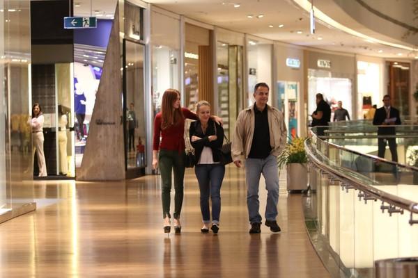Marina Ruy Barbosa passeia com os pais em shopping no Rio