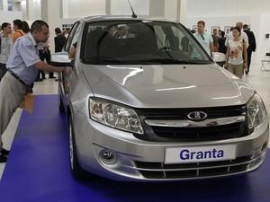 Lada Granta foi apresentado público durante comemorações dos 45 anos do grupo AutoVAZ (Foto: Ivan Sekretarev/AP)