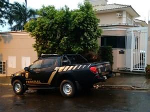 PF na casa da secretária de João Amorim, Elza Amorim (Foto: Marcos Ribeiro/ TV Morena)