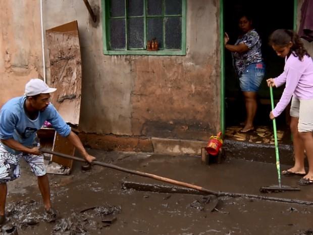 Chuva afetou pelo menos 70 famílias em Lavras (Foto: Reprodução EPTV)