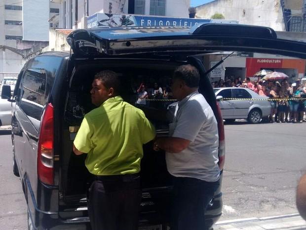 Comboio de segurança saiu da funerária até o aeroporto de Aracaju (Foto: Priscila Bittencourt/TV Sergipe)