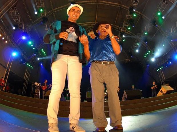 Azulão contou acompanhado pelo filho Azulinho (Foto: Divulgação/Prefeitura de Caruaru)
