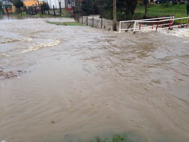 Água toma conta de rua em Bagé, RS (Foto: Felipe Bastos/RBS TV)