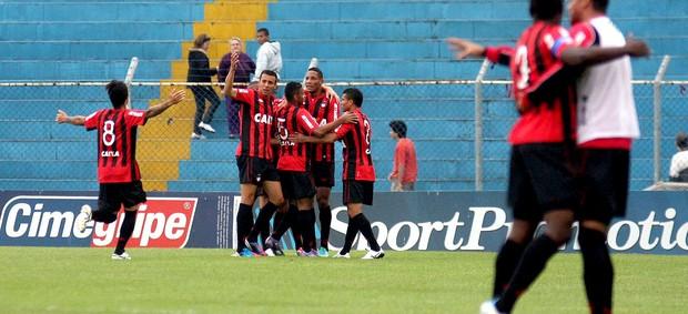 Atlético-PR comemora gol sobre o São Caetano (Foto: Elisa Rodrigues / Futura Press)