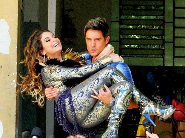 Fabian sai com Chayene nos braços. Será que o casal vai reatar o romance midiático? (Foto: Cheias de Charme / TV Globo)
