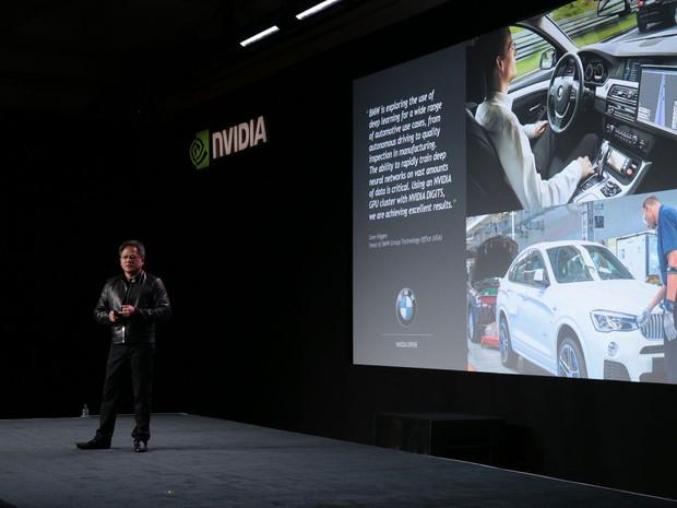 Jen Hsun-Huang, CEO da Nvidia, apresenta o Driven PX 2, nova plataforma de supercomputador para carros autônomos (Foto: Divulgação)