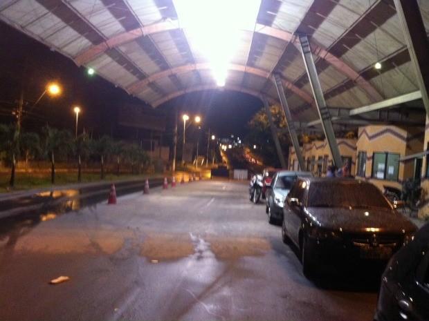 Movimento de carros é tranquilo na barreira (Foto: Tiago Melo/G1 AM)