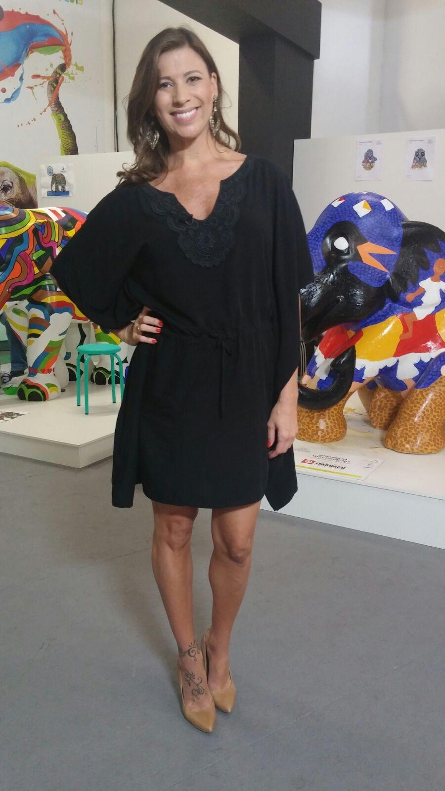 Camille Reis apostou em vestido preto para este sábado (26) (Foto: RBS TV/Divulgação)