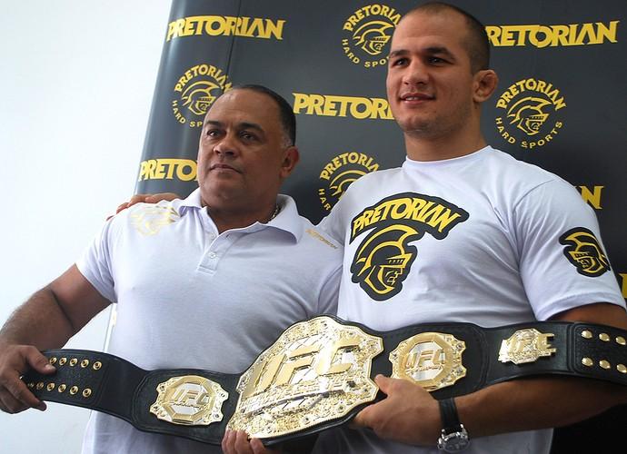 Júnior Cigano e seu técnico de boxe, Luís Dórea (Foto: Marcosa Guerra / Globoesporte.com)