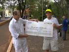 Idoso arrecada dinheiro vendendo quilômetros de corrida em maratona
