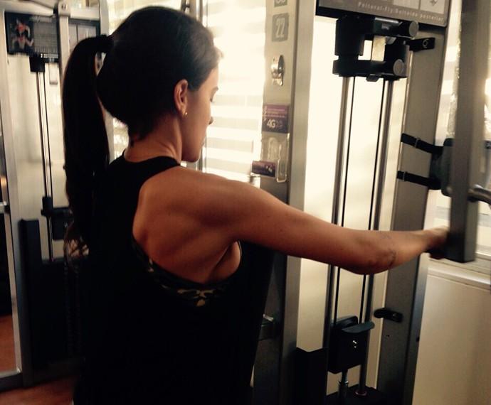 Laisa Portela pega pesado na academia com ajuda do namorado Douglas Moro (Foto: Arquivo Pessoal)