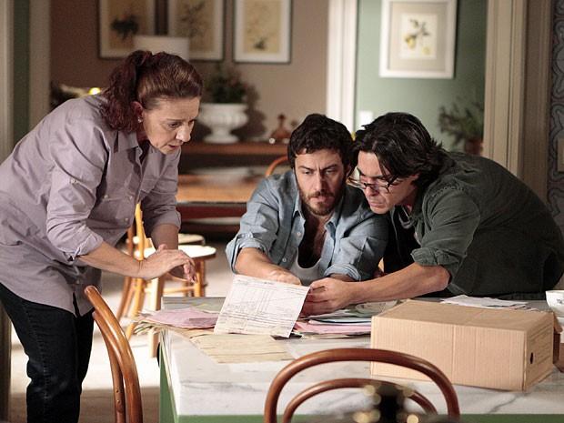 Teresa acha nota fiscal com o endereço de onde Angélica trabalhava (Foto: Amor Eterno Amor/TV Globo)