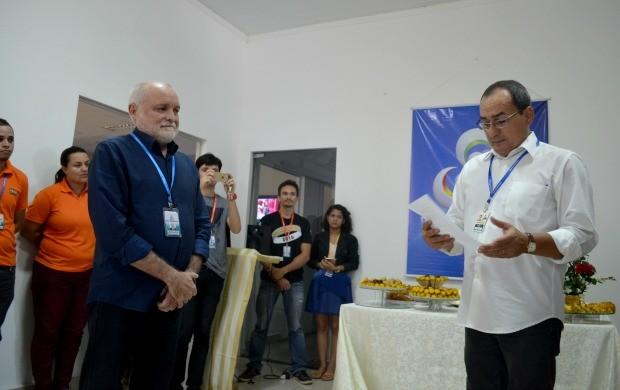 Apresentador do Jornal do Acre, Ayres Rocha, lê carta de agradecimento para Ricardo Mendes (Foto: Murilo Lima)