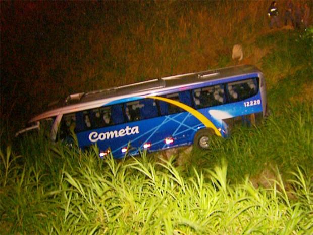 Ônibus cai em ribanceira na Rodovia Anhanguera e deixa mortos e feridos, em Vinhedo (Foto: Reprodução / EPTV)