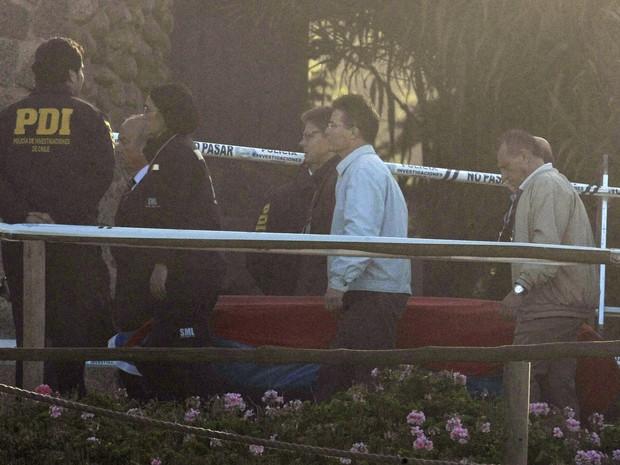 Família de Pablo Neruda carrega o caixão contendo os restos mortais do poeta durante sua exumação nesta segunda-feira (8) em Isla Negra, no Chile,  (Foto: AP Photo / Luis Hidalgo)